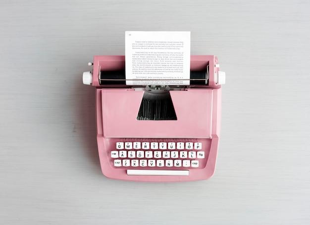 Machine à écrire pastel rétro sur surface grise Photo Premium