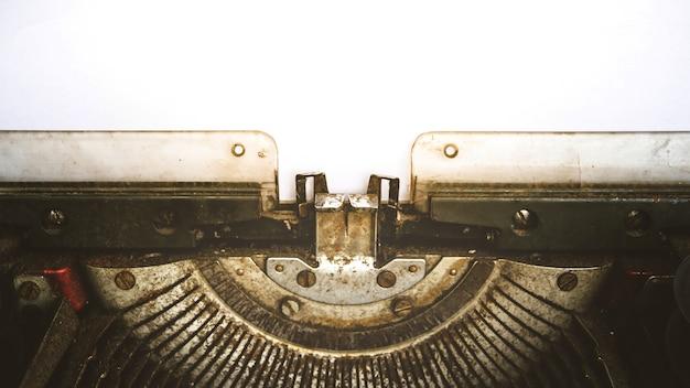 Machine à écrire vintage et un livre blanc vide, processus dans le style vintage Photo Premium