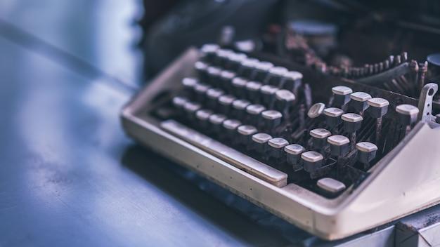 Machine à écrire vintage sur table Photo Premium