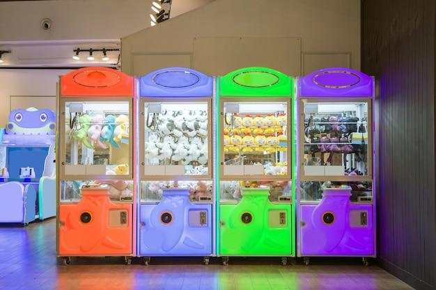 Une machine à griffes multicolore en magasin. Photo Premium