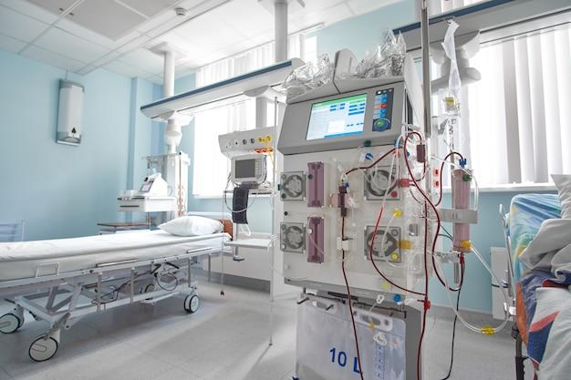 Machine D'hémodiafiltration Fonctionnelle Au Service De Soins Intensifs. Patient Souffrant D'insuffisance Rénale Photo Premium