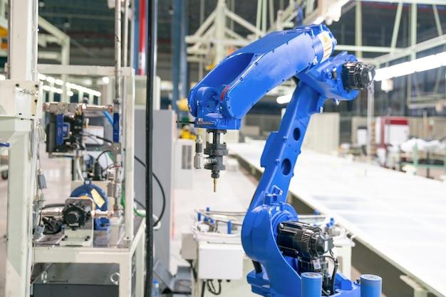 Machine-outil à main robotisée dans une usine de fabrication industrielle Photo Premium