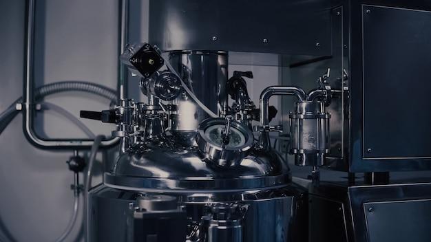 Une Machine De Production De Médicaments Dans Un Laboratoire Moderne, équipement De Fabrication Pharmaceutique, Machine De Fabrication Pharmaceutique à L'usine Médicale. Photo Premium