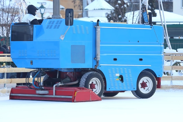 Machine Spéciale Pour Nettoyer La Glace Sur Une Patinoire Au Travail. Industrie Du Transport Photo Premium