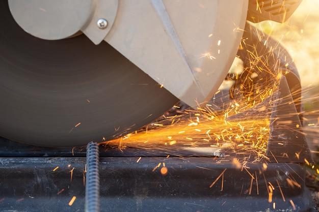 Machine tout en coupant l'acier d'armature sur un chantier de construction Photo Premium