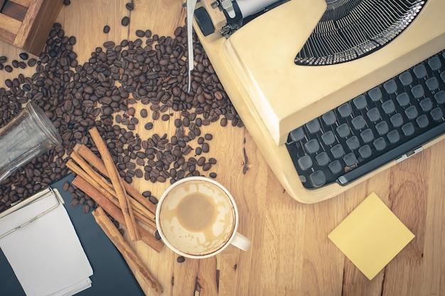 Machines à écrire vintage et note de papier sur une table en bois. Photo Premium