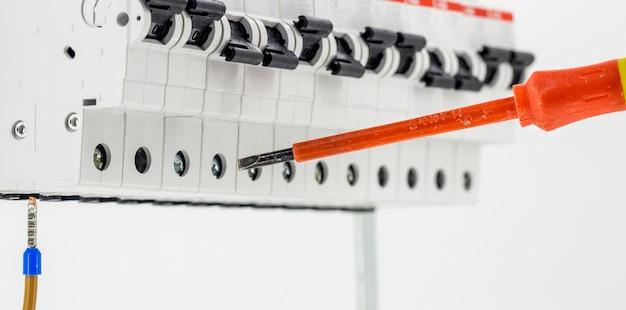 Machines électriques, Interrupteurs, Isolé Sur Blanc, Gros Plan, Connectez Le Câble De Marqueur à Un Appareil Avec Un Tournevis Rouge Photo gratuit