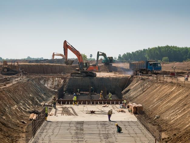 Machines Lourdes Et Travailleurs De La Construction Travaillant Sur Un Bâtiment Photo gratuit