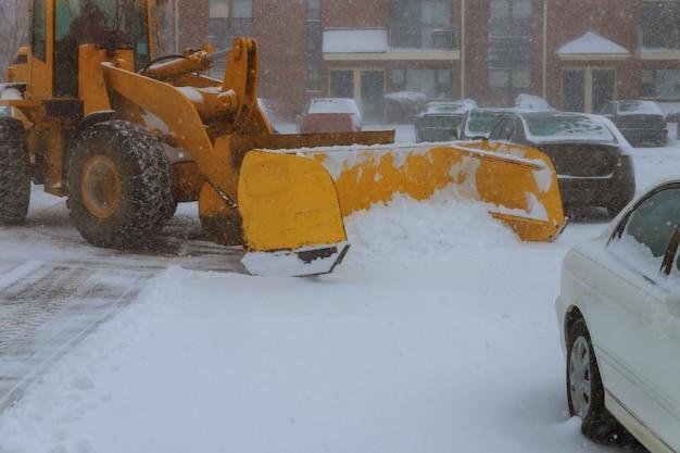 Machines avec une route de déneigement nettoyant en enlevant la neige des interurbains Photo Premium