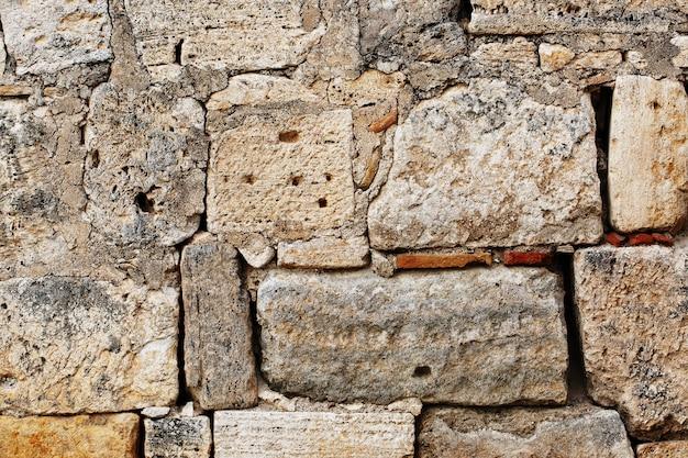 La maçonnerie brute de gros blocs d'une structure ancienne, comme la texture d'un mur de pierre de grands blocs. Photo Premium