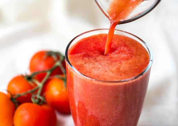Macro jus de tomates fraîches Photo gratuit