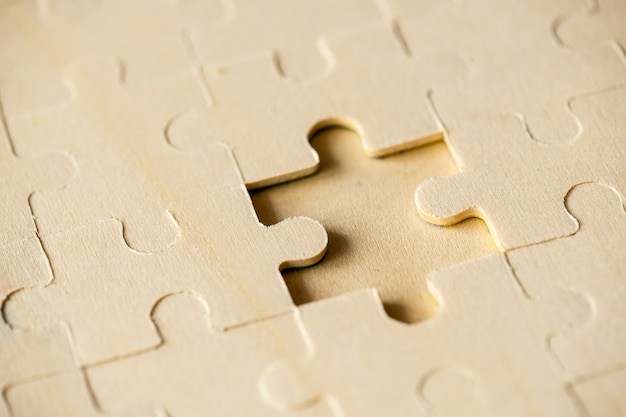 Macro shot jigsaw puzzle concept de solution manquante Photo gratuit