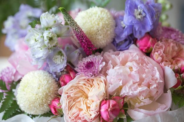 Magasin de fleurs avec de belles fleurs de vacances. bouquet de fleurs agrandi Photo Premium