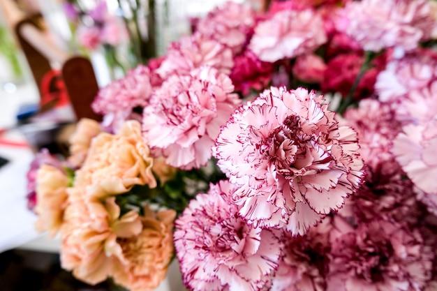 Magasin de fleurs avec de belles fleurs de vacances. fleurs dans un vase pour la décoration et le bouquet. Photo Premium