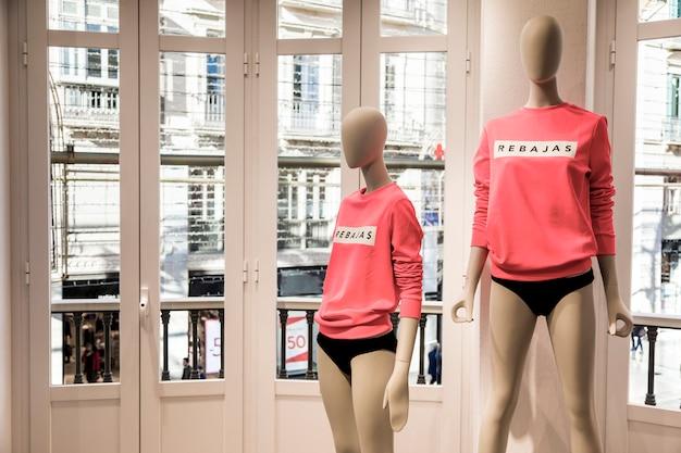 Magasin de vêtements avec mannequins Photo gratuit