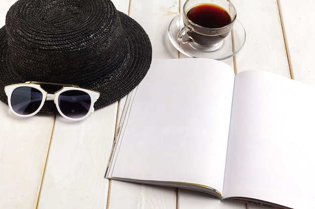 Magazine ou catalogue de maquette sur une table en bois. Photo Premium