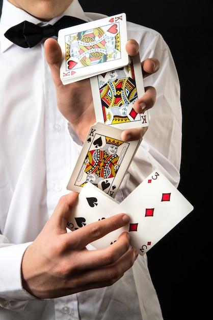 Magicien avec des cartes à jouer Photo Premium
