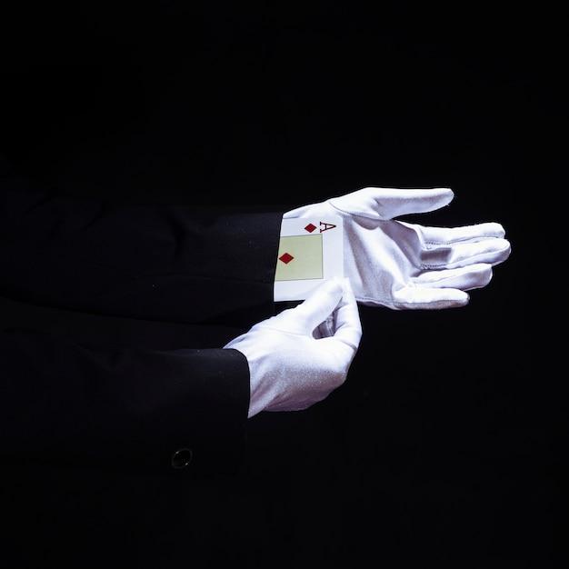 Magicien, enlever, aces, jouer carte, depuis, main, sur, arrière-plan noir Photo gratuit