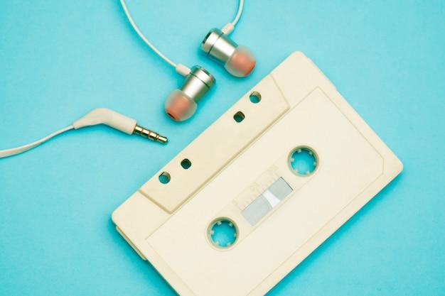 Magnétophone à cassettes rétro avec enregistrements musicaux des années 80 et 90 Photo Premium
