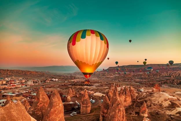 Magnifique aube avec ballons à air chaud. Photo Premium