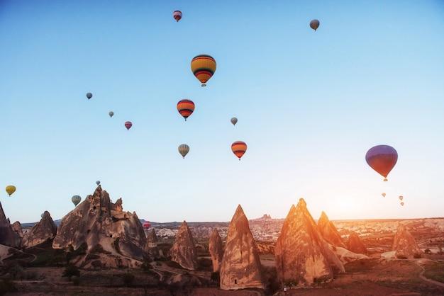 Magnifique Coucher De Soleil Sur La Cappadoce. Ballons De Belles Couleurs. Dinde Photo Premium