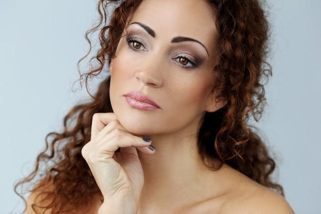 Magnifique Femme Avec Beau Visage Photo gratuit