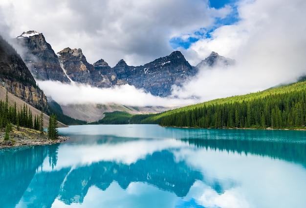 Magnifique Lac Moraine Dans Le Parc National Banff, Alberta, Canada Photo Premium