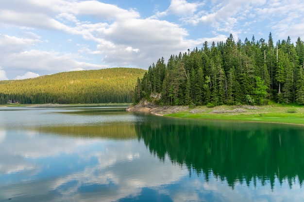 Le magnifique lac noir est situé dans le parc national de durmitor, au nord du monténégro. Photo Premium