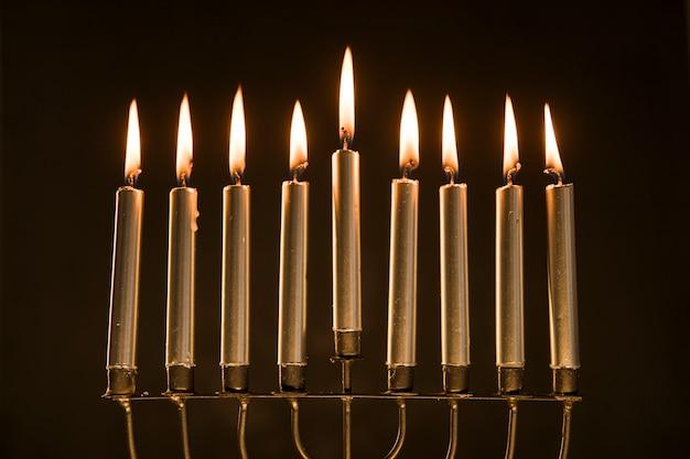 Magnifique menorah aux bougies allumées Photo gratuit