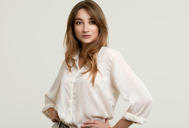 Magnifique Modèle Femme Brune En Vêtements Blancs Photo Premium