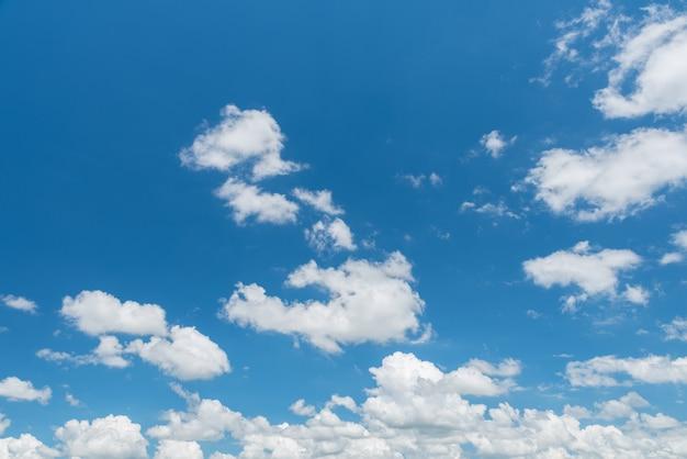 Magnifique panorama de ciel bleu et nuages blancs Photo Premium