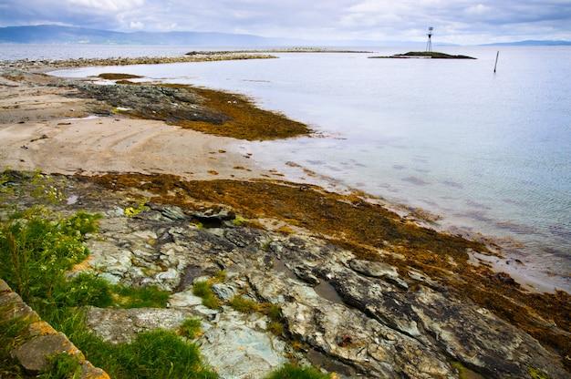 Magnifique paysage de l'îlot munkholmen, trondheim, norvège Photo Premium