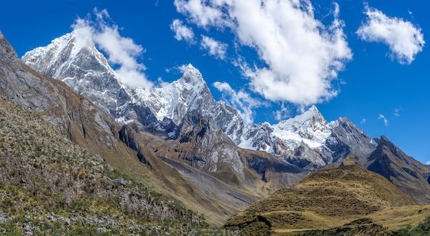 Magnifique Photo De Paysage De La Chaîne De Montagnes à Couper Le Souffle De La Cordillère Huayhuash Au Pérou Photo gratuit
