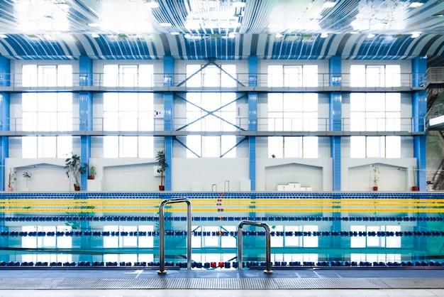 Magnifique vue piscine moderne Photo gratuit