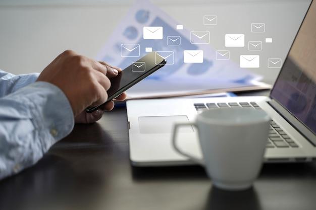 Mail communication connection message aux contacts de publipostage téléphone concept global letters Photo Premium