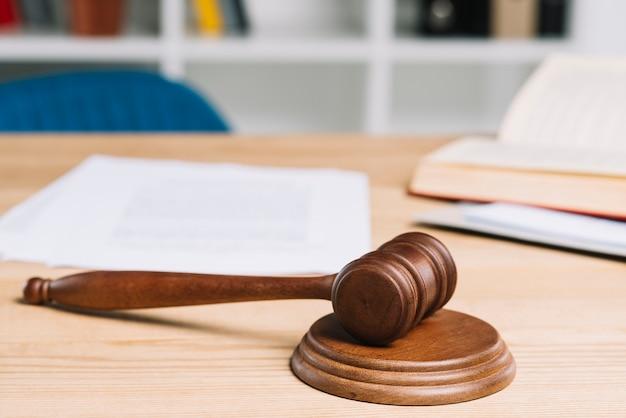 Maillet sur le marteau sur la table en bois dans la salle d'audience Photo gratuit