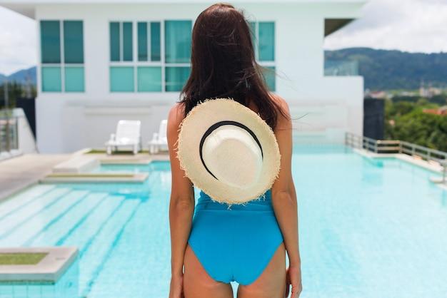 Maillot de bain bleu jeune femme brune brillante relaxant Photo Premium
