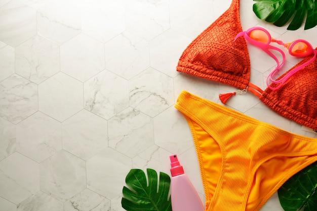 Maillot de bain femme bikini et accessoires sur blanc Photo Premium