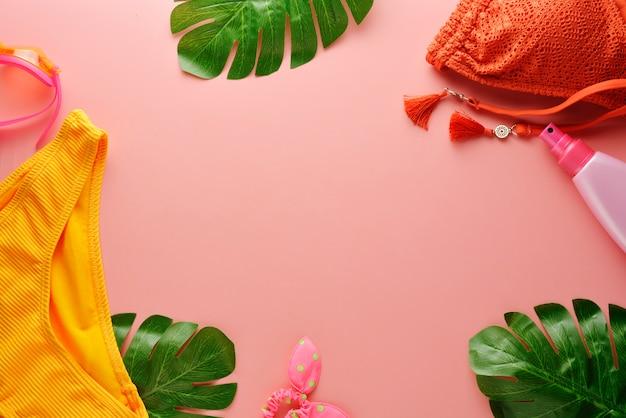 Maillot de bain femme bikini d'été et accessoires sur rose Photo Premium