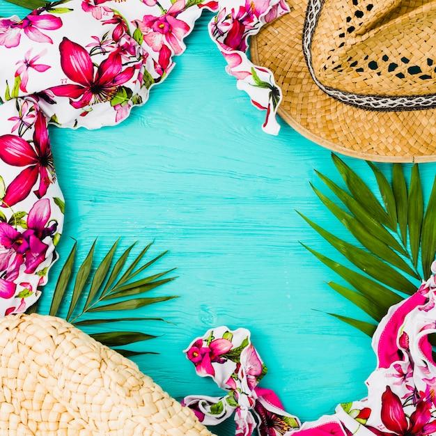 Maillot de bain près des feuilles et du chapeau Photo gratuit