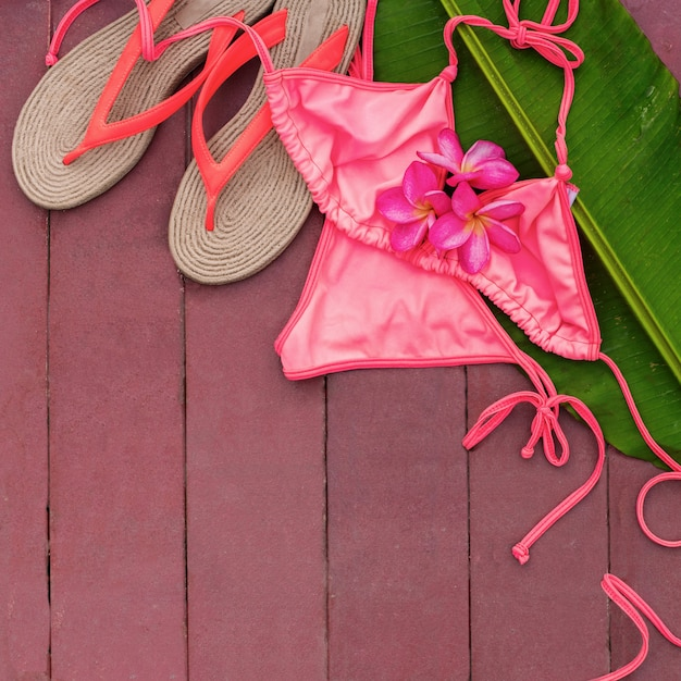 Maillot de bain rose frangipanier feuille de palmier piscine Photo Premium