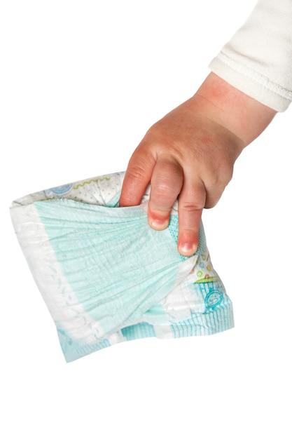 Main de bébé tenir des couches sales isolés sur le blanc Photo Premium