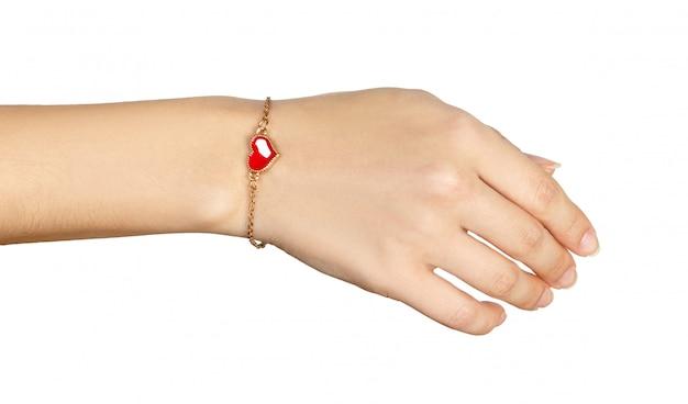 Main avec bracelets en or avec coeur rouge Photo Premium