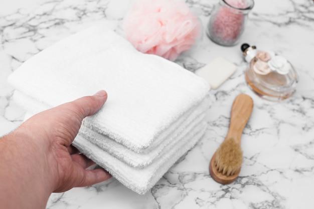 Main, cueillette, pile, serviettes Photo gratuit