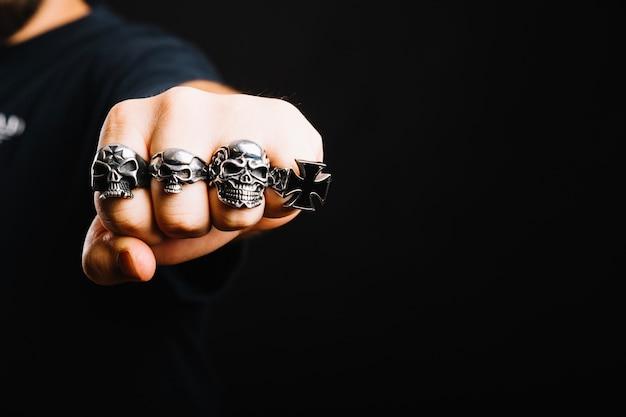 Main dans des anneaux en argent décoratifs Photo gratuit