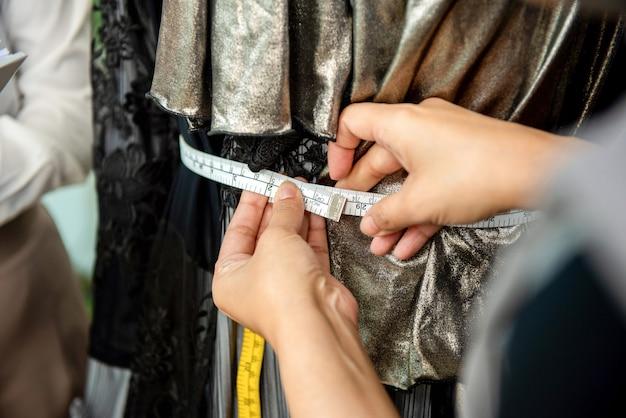 Main designer femme à l'aide d'un ruban à mesurer Photo Premium