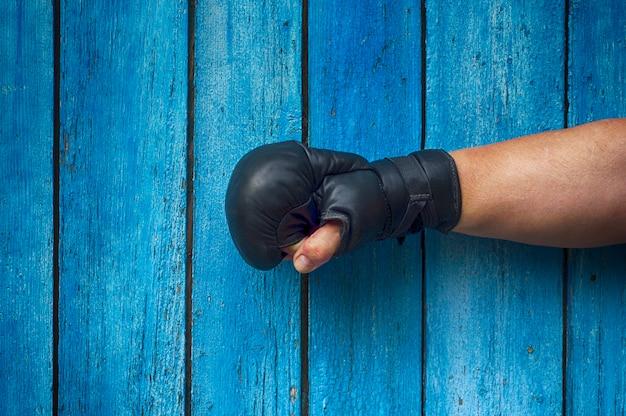 Main droite de l'homme en gants de boxe Photo Premium