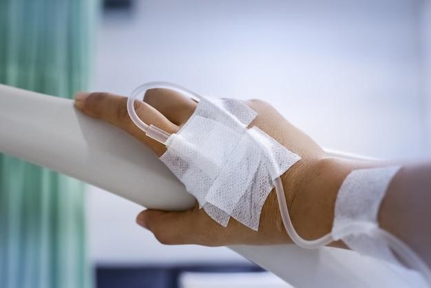 La main du patient avec une solution iv, pour le traitement Photo Premium