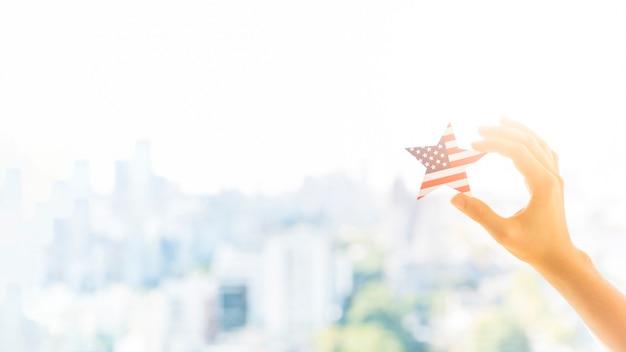 Main avec étoile de couleur drapeau américain Photo gratuit