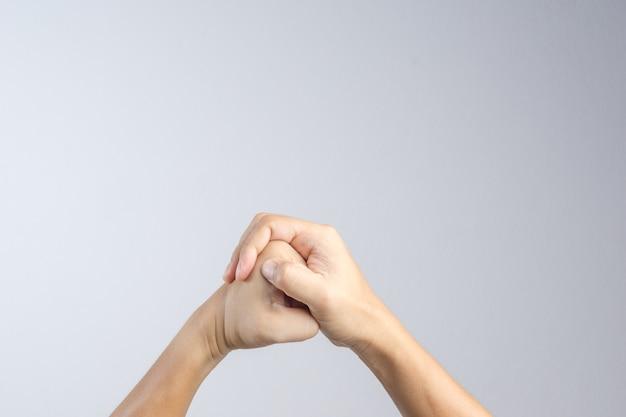 Main faisant un geste d'art martial, de courage et de pouvoir ou symbole de combat Photo Premium